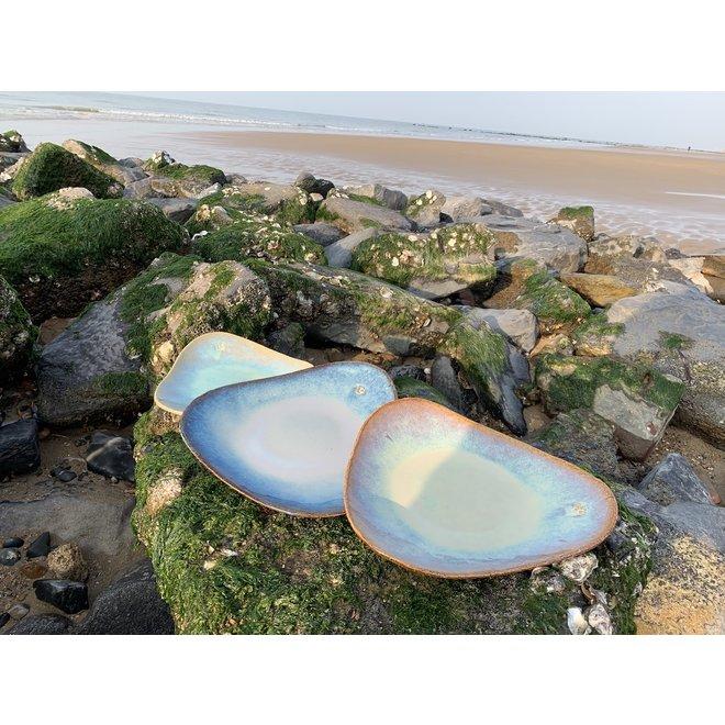 Assiette trigonale artisanale en argile chamotte réalisée avec une glaçure Lagune flottante