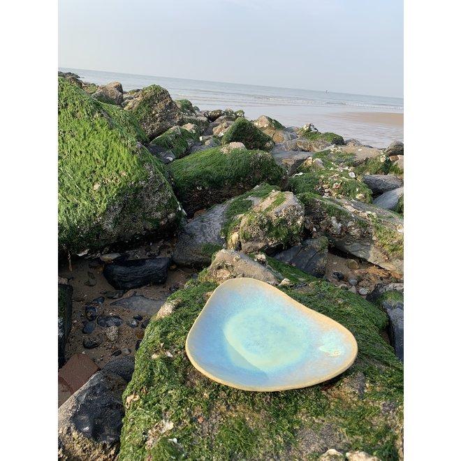 Handgemaakt trigonaal bord in chamotte klei gemaakt met een floating Lagune glazuur