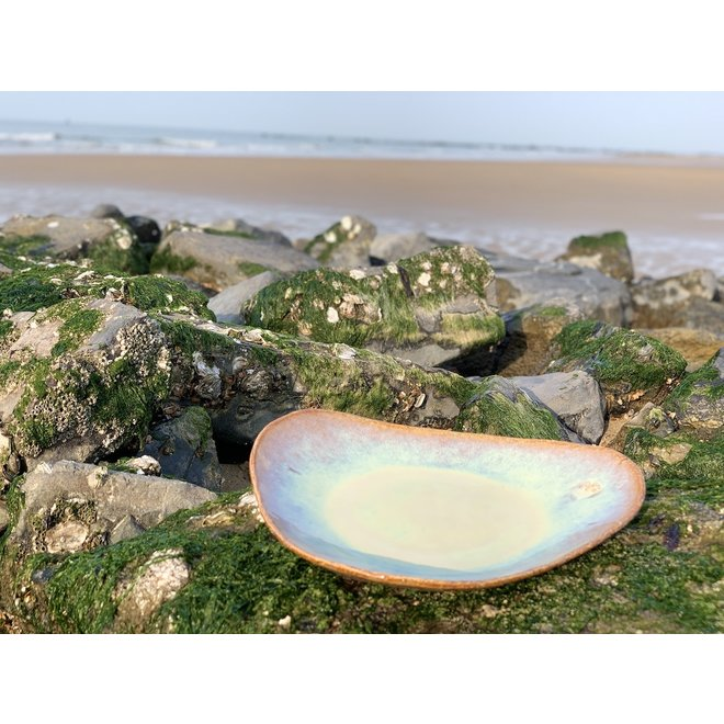 Handmade trigonal plate in chamotte clay made with a floating Sunset glaze