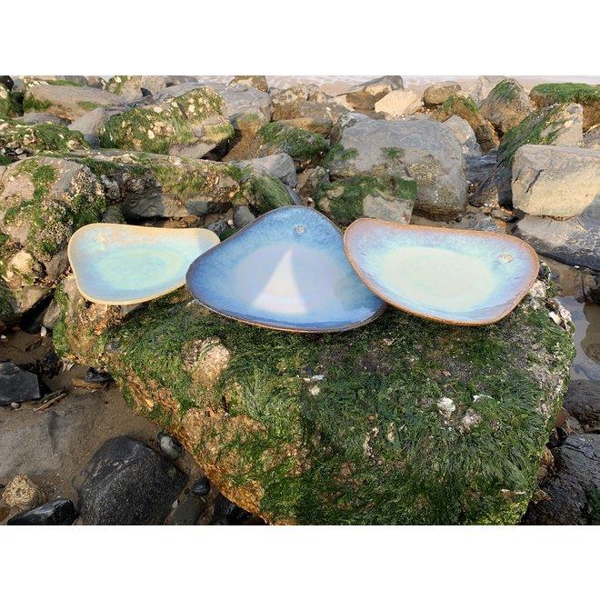 Assiette trigonale artisanale en argile chamotte réalisée avec une glaçure Sunset flottante