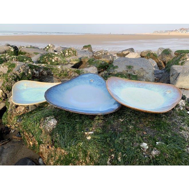 Handgemaakt trigonaal bord in chamotte klei gemaakt met een floating Beach glazuur