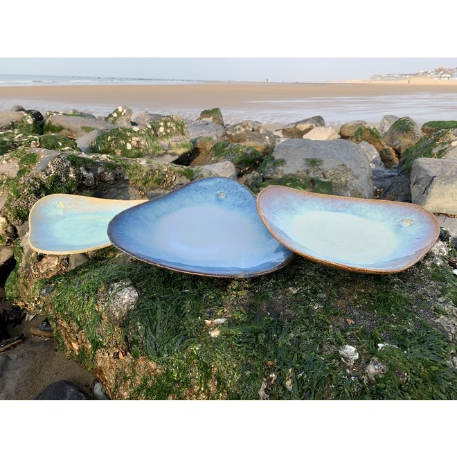 Handmade trigonal plate in chamotte clay made with a floating Beach glaze