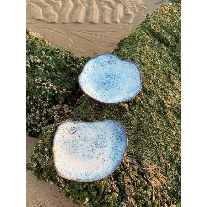 """Handgemaakt keramisch bord Amandine Beachin schelpvorm """"Chefs Artisann i-lign"""" zowel voor hedendaags gebruik alsook voor horeca."""