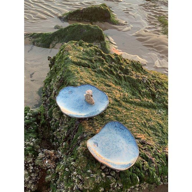 """Assiette en céramique Amandine Beach faite à la main en forme de coquillage """"Chefs Artisann i-lign"""" pour un usage contemporain ainsi que pour la restauration."""