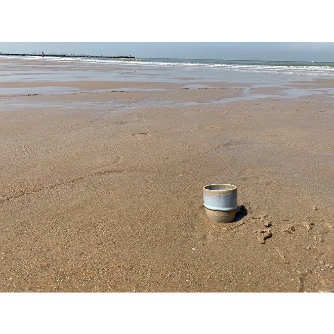 Avec le tasse de café ou tasse du the fait main en argile mouchetée anglaise et son magnifique glaçage à feu floating  turquoise glacage.