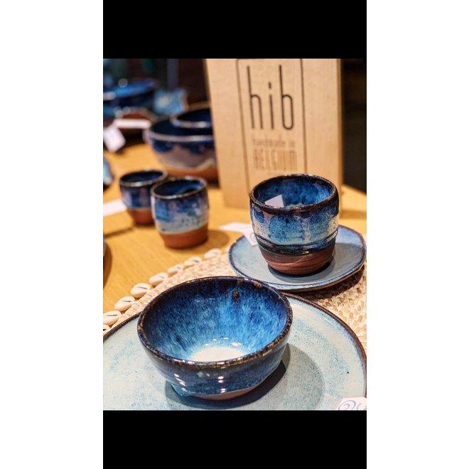 La tasse fait main en argile rouge belge et son magnifique glaçage à feu vif floating blue.