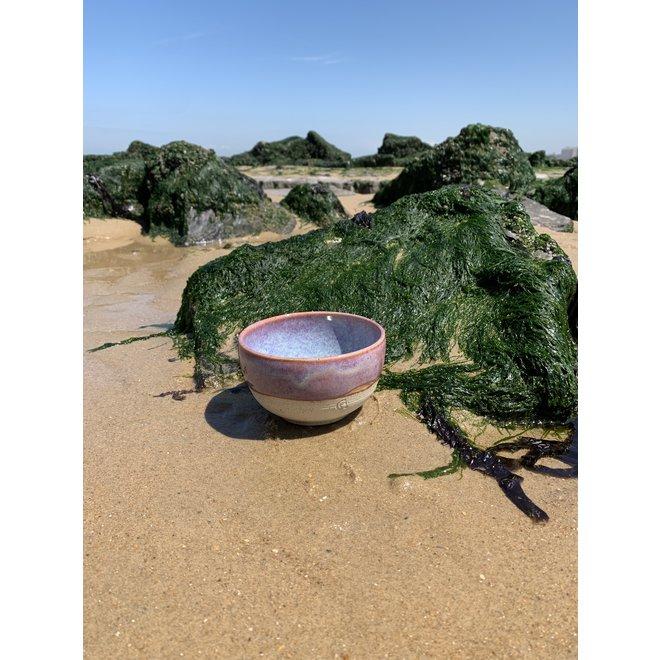 Met de draaischijf handgemaakte kom van Pyeriet klei met een mooie Floating magenta,roze kleurige hoogbakkende glazuur.