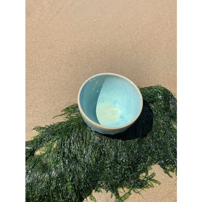 With the turntable handmade bowl of Puerite clay with a beautiful Floating green high-firing glaze.
