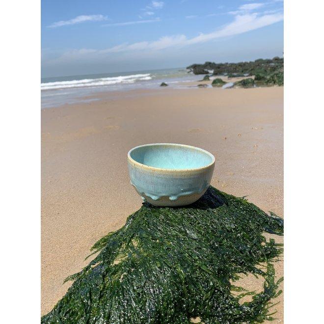 Met de draaischijf handgemaakte kom van Pyeriet klei met een mooie Floating groen kleurige hoogbakkende glazuur.
