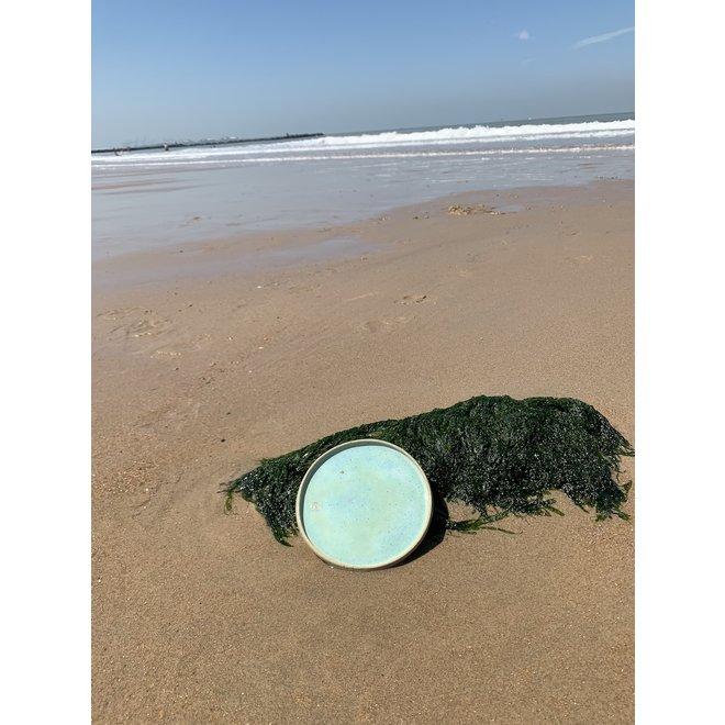 Met de draaischijf handgemaakt bord van gespikkelde Pyerite klei met een mooie subtielgroene hoogbakkende glazuur.