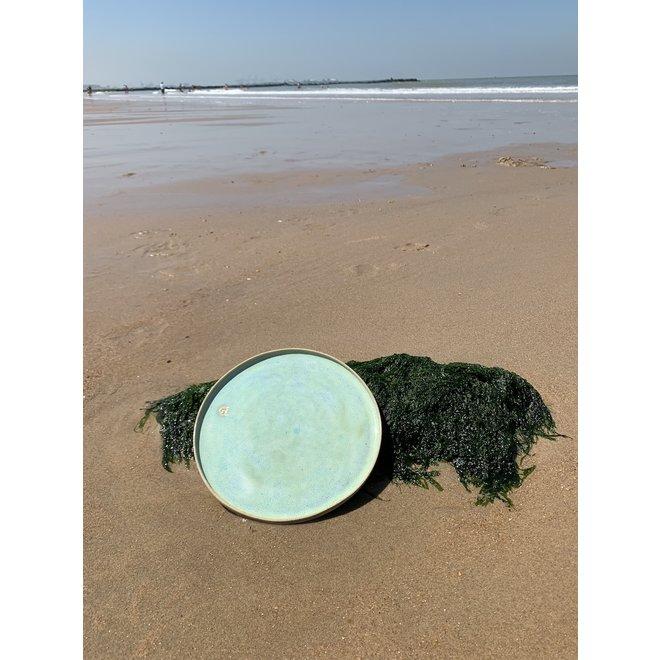 L'assiette fait avec les mains en argile Pyerite mouchetée et son magnifique glaçage à feu Floating vert.