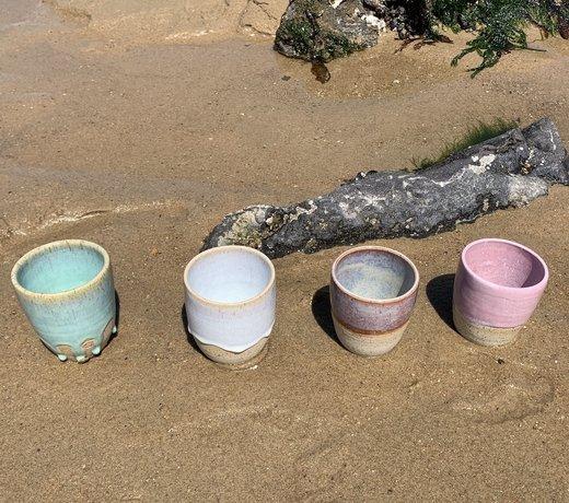 Geluk is ... gezelligheid met een handgemaakte unieke kop of mok voor koffie of thee van keramiek