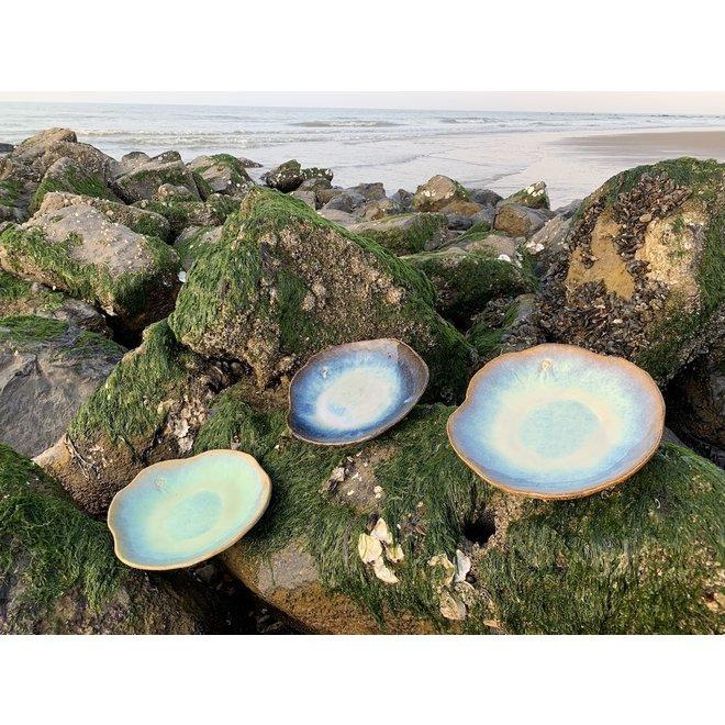 """Assiette en céramique Amandine faite à la main en forme de coquillage en émaille sunset de """"Chefs Artisann i-lign"""" pour un usage contemporain ainsi que pour la restauration."""