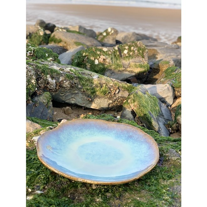 """Handmade ceramic plate Amandine in shell shape and sunset glazes of the """"Chefs Artisann i-lign"""" for contemporary use as well as for catering."""