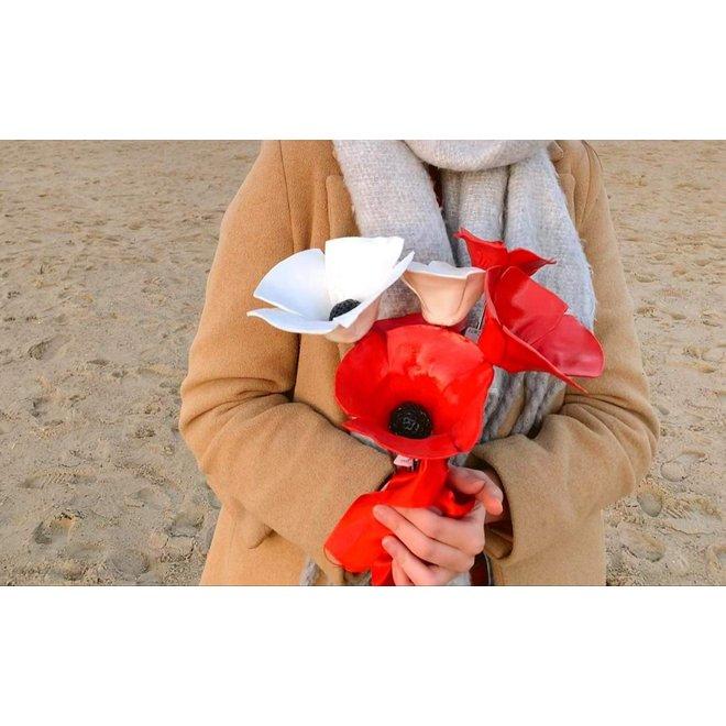 De handgemaakte klaproos in 3 maten in rood geglazuurd met een zwart hart. Een waardevol geschenk voor mama, oma of tante.