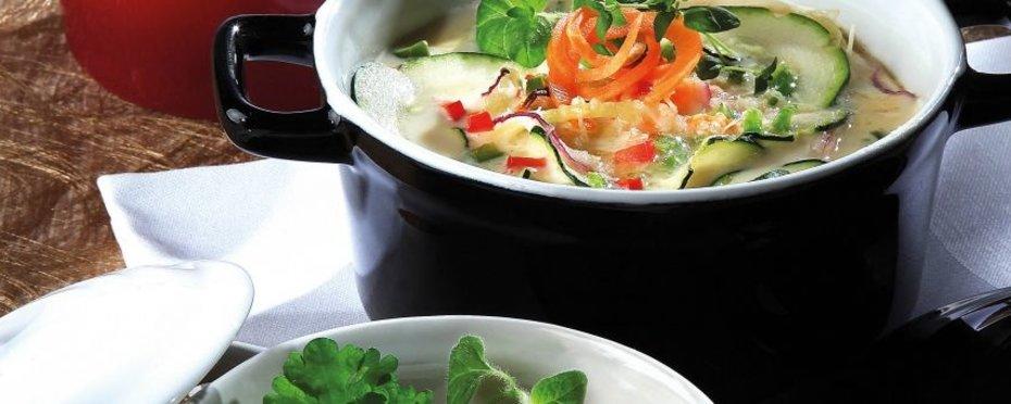 Casserolen aus Porzellan,  Steingut und Keramik in verschiedenen Farben und Formen. Ideal zum Zubereiten und Servieren von Suppen und heißen Speisen.