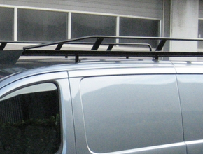 Zwart imperiaal Nissan Primastar L1 H1 uitvoering met achterklep inclusief opsteekrol en spoiler