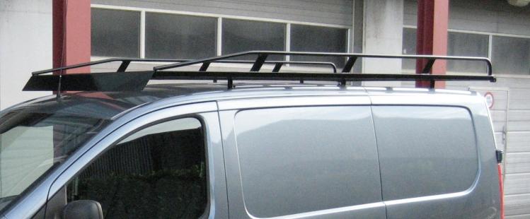 Zwart imperiaal Renault Trafic tot 2014 L2 H1 uitvoering met achterdeuren inclusief opsteekrol en spoiler