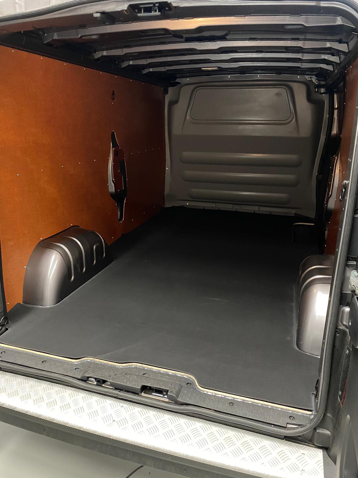Rubberen laadvloer mat Renault Trafic vanaf 2014 L2 uitvoering met enkele schuifdeur