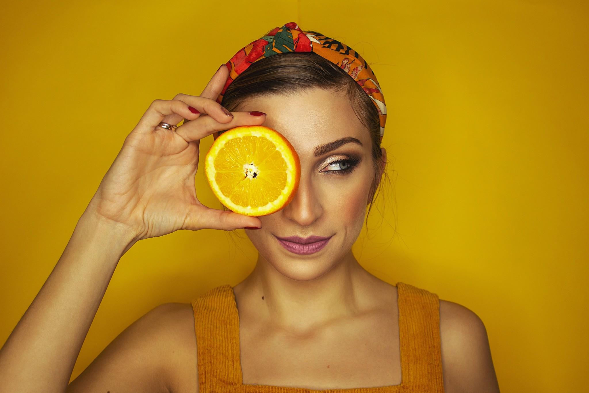 Vrouw met sinaasappel