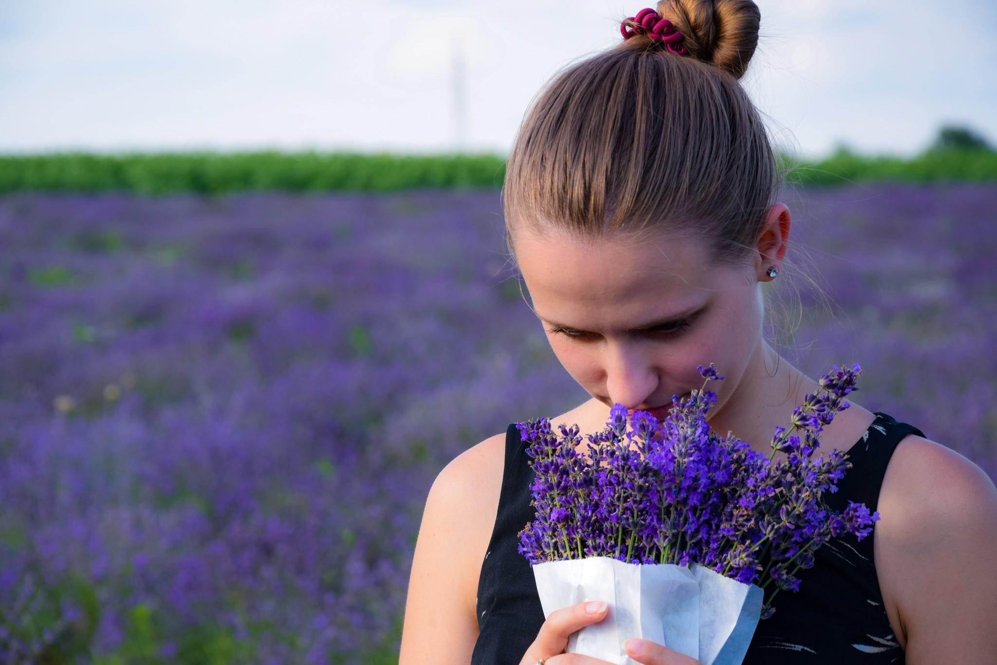 Vrouw ruikt aan lavendel
