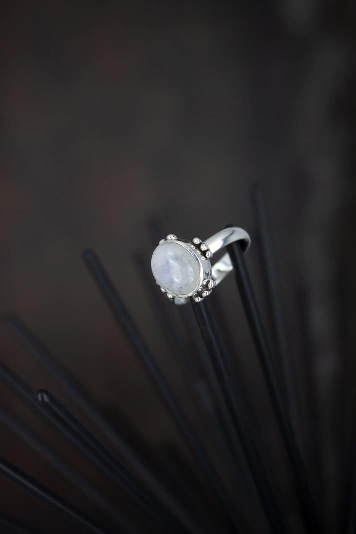 Stone Ring White Flora