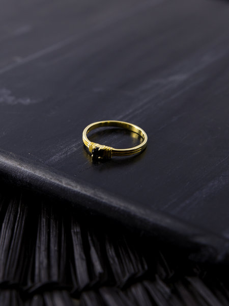 Flawed Sculpted Onyx Ring Gold