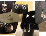 Geschenken, pins en juwelen