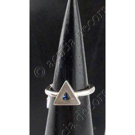 Ring zilver met blauw steentje in driehoek