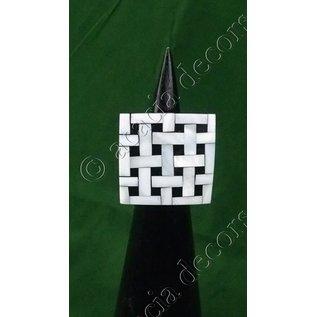 anillo  de madera negra con tablero de ajedrez nacré.