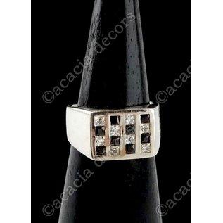 Silberring mit schwarzem und weißem Zierstein aus Schachbrett
