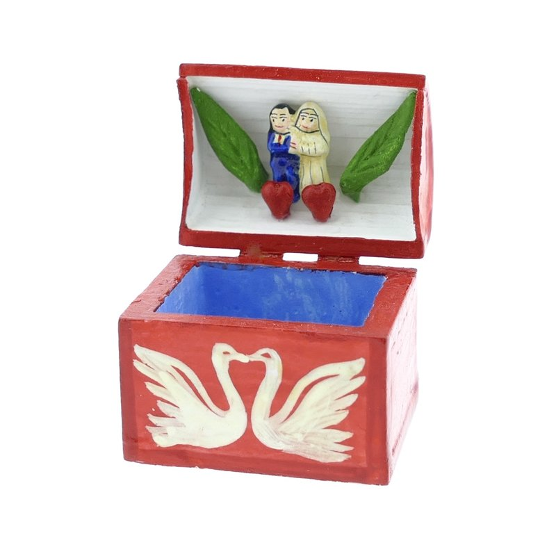 Klein kistje met bruidspaar in de deksel