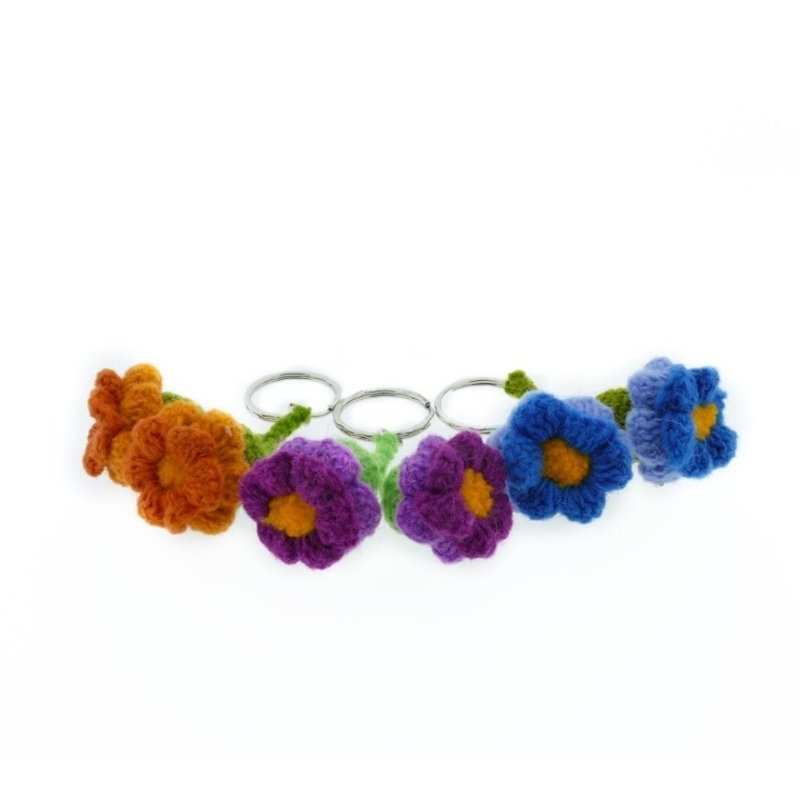 Wollen sleutelganger met 2 bloemen in knop