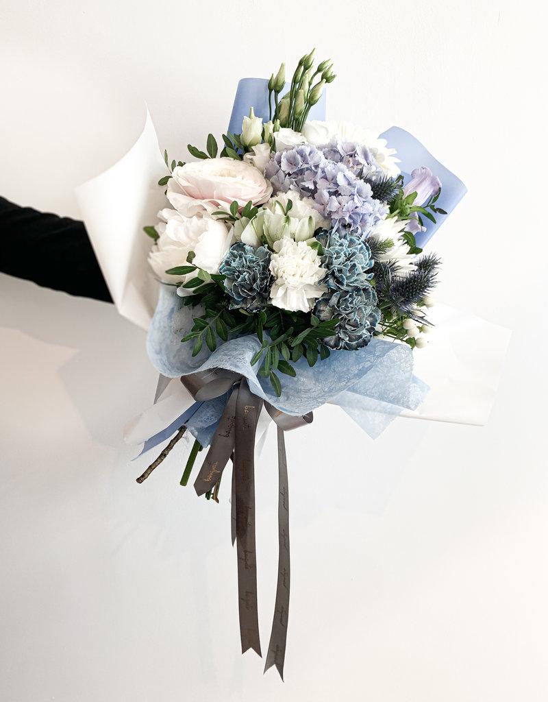 Blauwe Hortensia's met Pieonrozen, Rannunculus , Anjers en Lisianthus en Eustoma bloemen