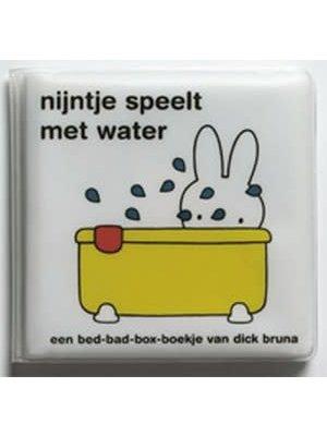 Querido Nijntje speelt met water (badboekje)