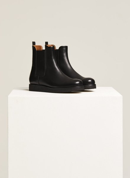 Closed chelsea boot