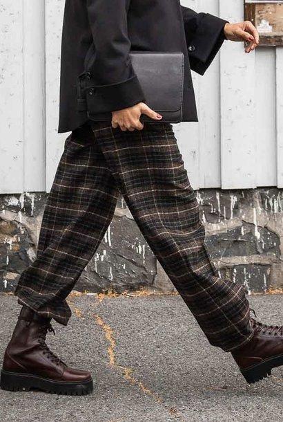 line pants check
