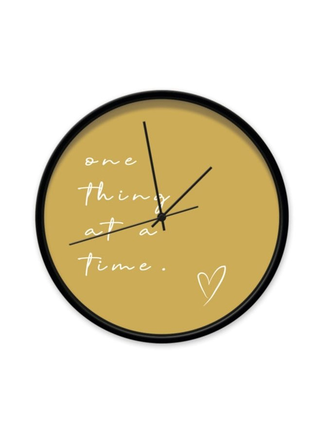 """Okergele Klok met quote """"one thing at a time"""""""