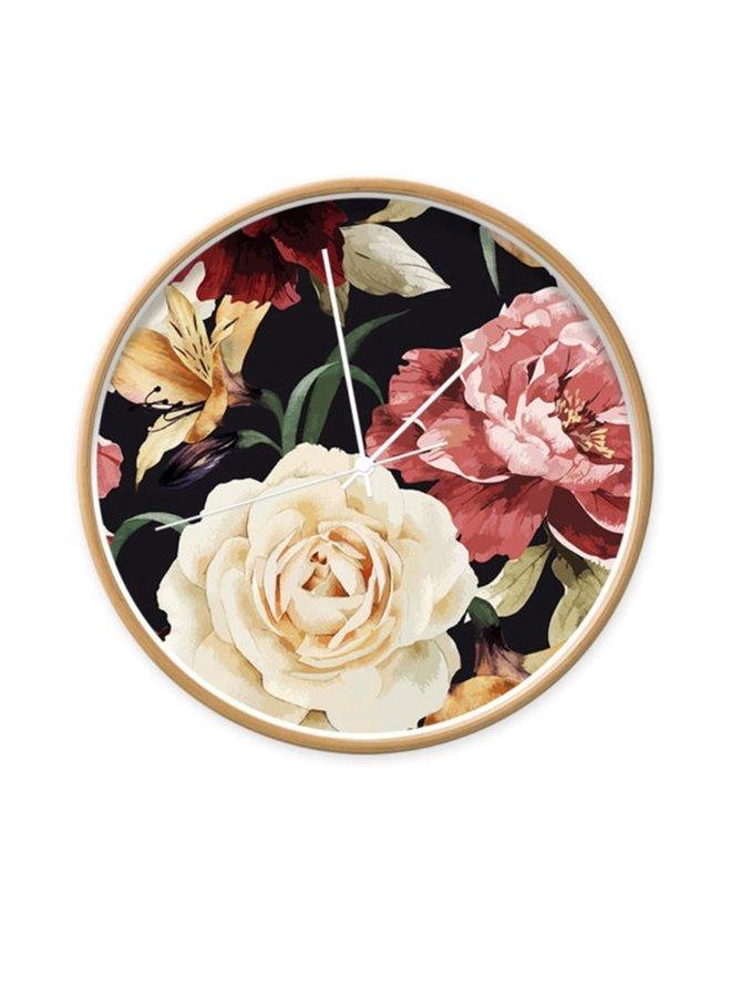 Wandklok met rozen en lelies op een zwarte wijzerplaat
