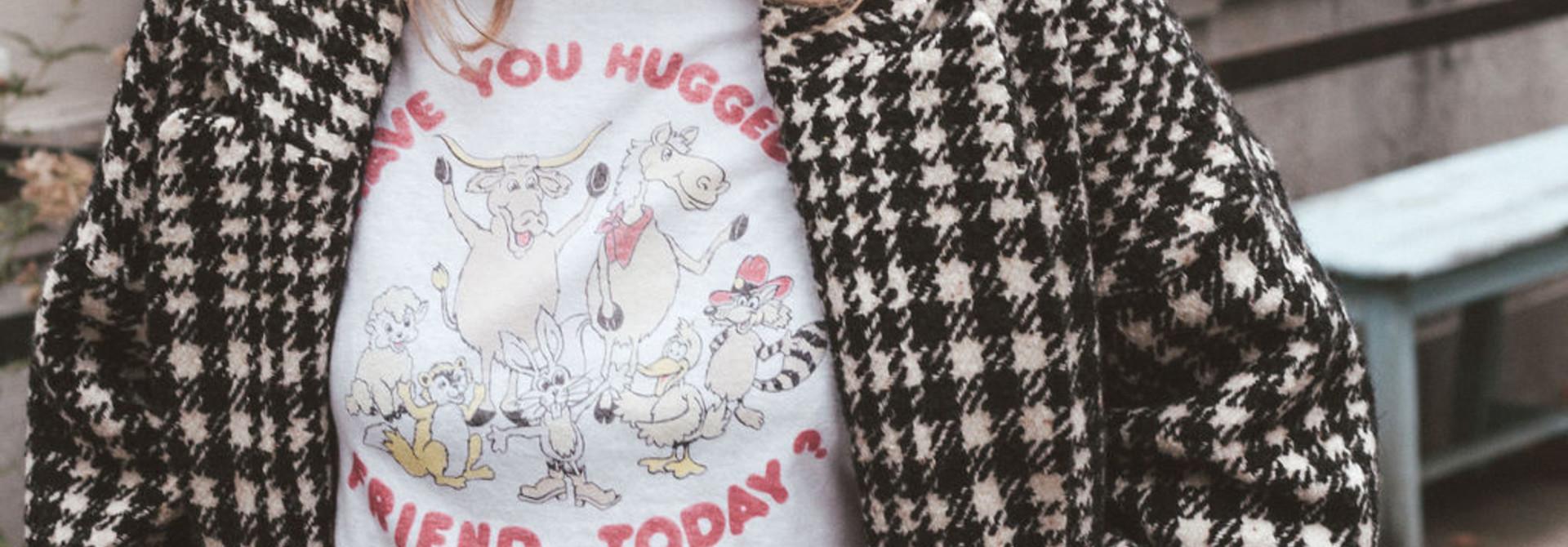 T-shirt Hug a friend