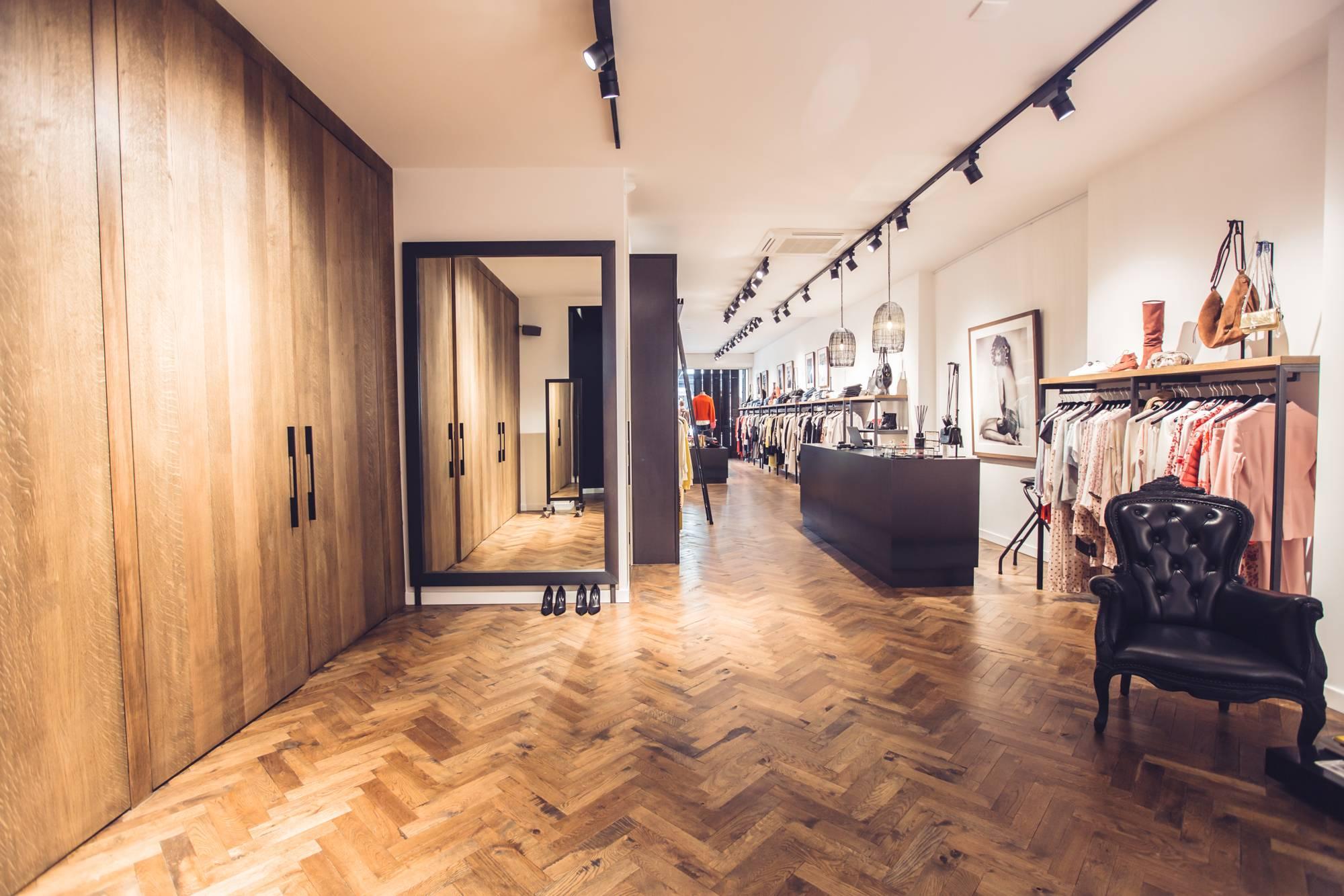 Online of in onze exclusieve winkel in Den Haag shop je de mooiste chique, stoere en zakelijke fashion.