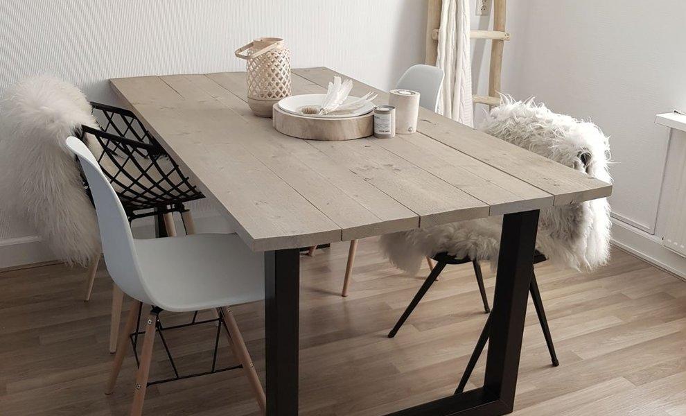 Stoere tafel in een wit interieur