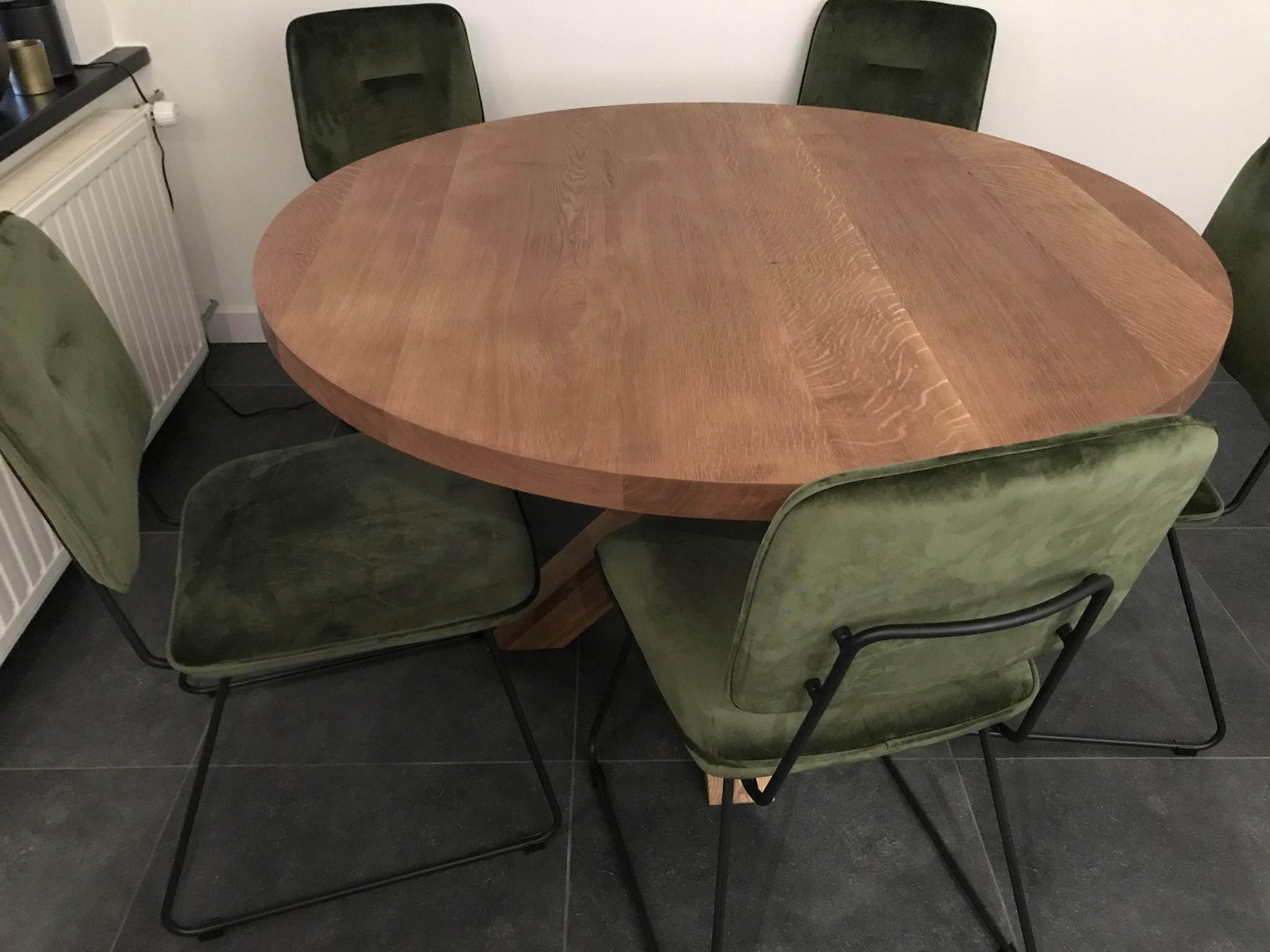 ronde tafel met houten poten