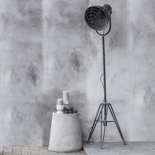 Industriële vloerlamp op een driepoot