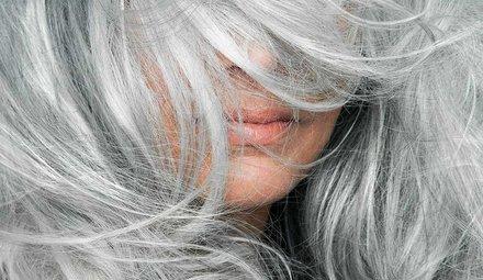 Vergeeld grijs haar