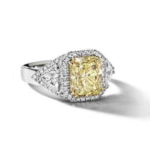 Leon Martens Ring in platina met een radiant geslepen gele diamant en twee triangel geslepen diamanten Leon Martens Juwelier