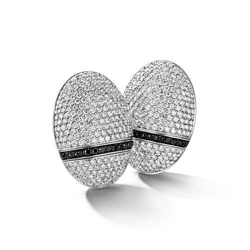 Leon Martens Scarabeo oorhangers in witgoud met witte en zwarte diamant Leon Martens Juwelier