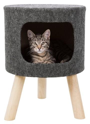 Kattenmand op drie poten met kattenhuisje waar kat in ligt te hangen. Trixie kattenmand
