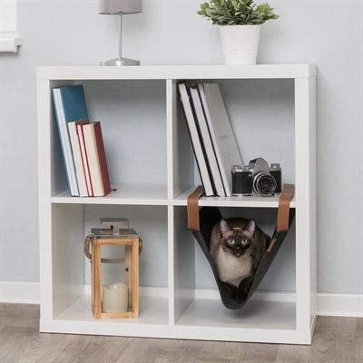 Een hangmat voor katten die opgehangen is in een kast.