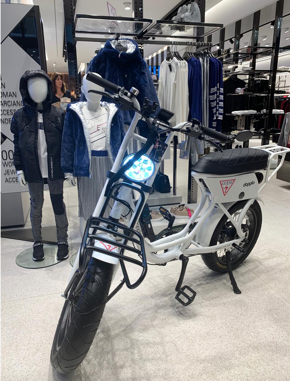 De voor Guess customised doppio bike